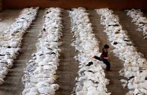 A photo taken by Marco di Lauro/AP in Iraq in 2003 was present by US State Secretary Kerry on August 30, 2013 as evidence of the 'Assad's chemical attack'.