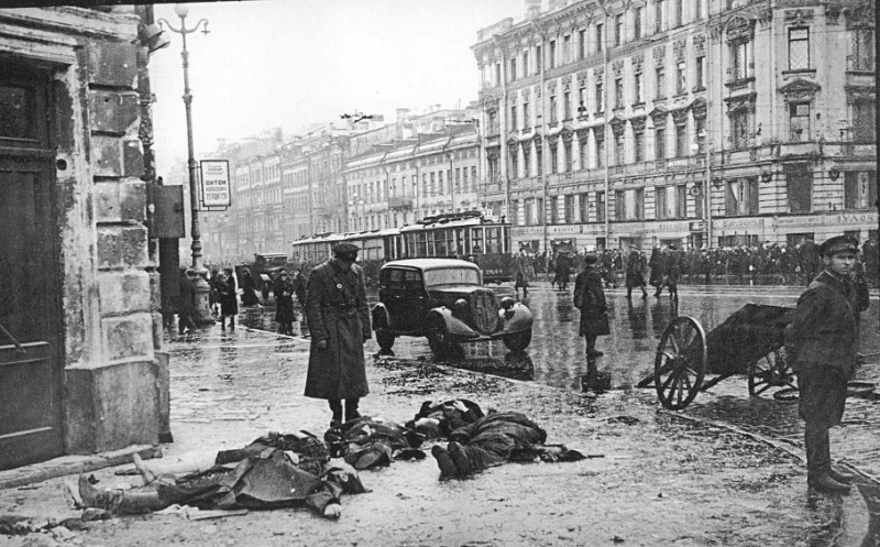 First victims of German bombardments, September 1941. Corner of Nevsky and Ligovsky prospects.