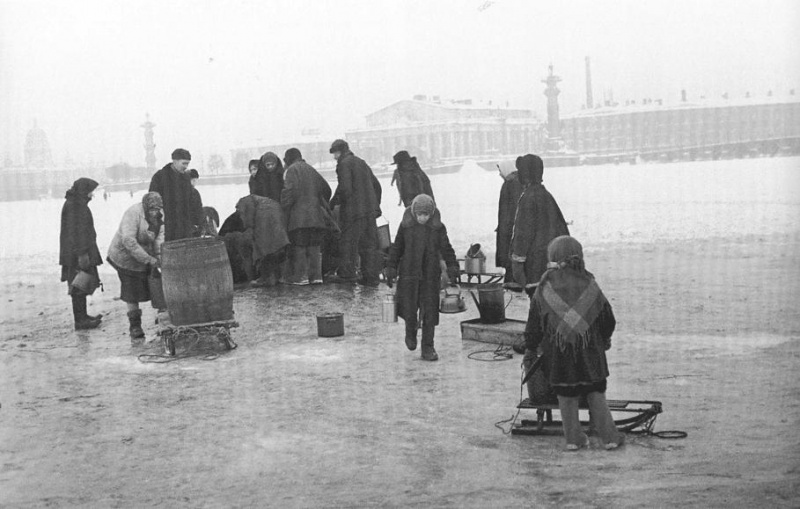 City dwellers taking water in Neva river, December 1941