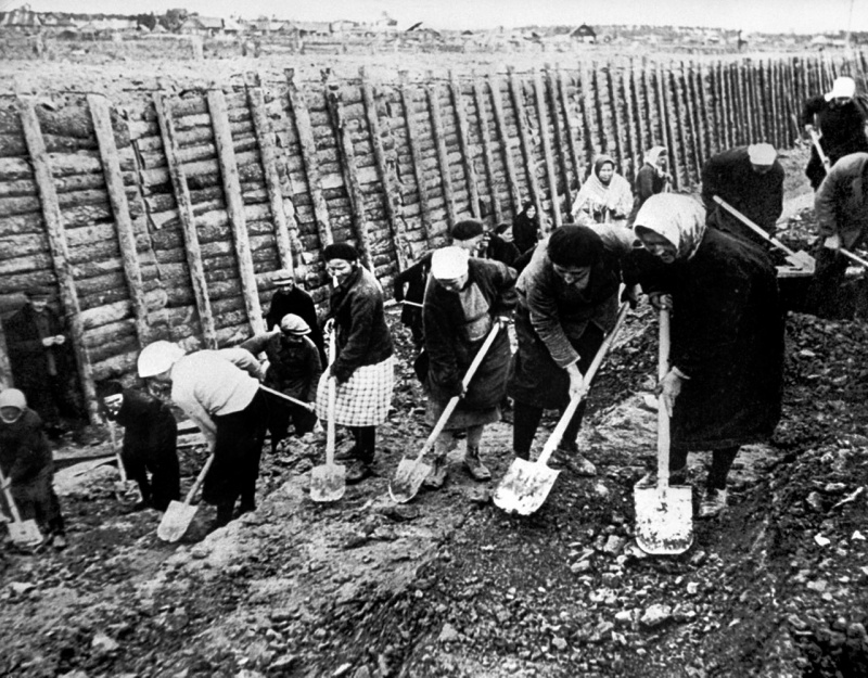 Women digging anti-tank ditch nearby Leningrad, Autumn 1941