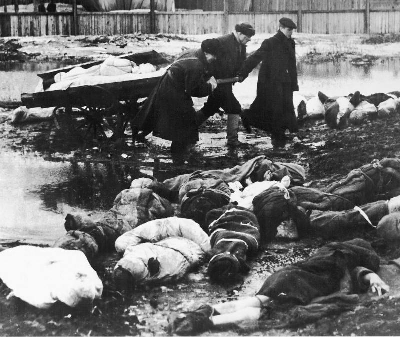 Gathering corpses buried in snow at Volkov cementry, Spring 1942