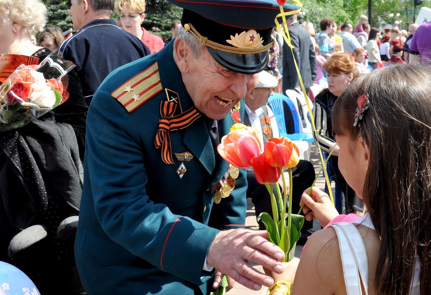 Дети дарят цветы картинки 8