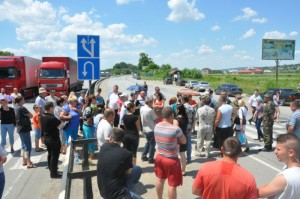 "Relatives of Ukrainian soldiers are blocking roads in Western Ukraine in protest against ""anti-terrorist operation"" in Novorossia claiming thousands of lifes."