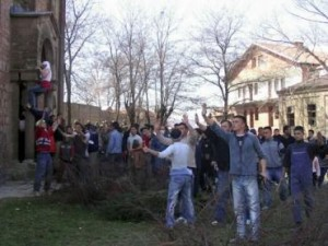 Kosovo Albanians attack a Serb church in K. Mitrovica on March 17, 2004
