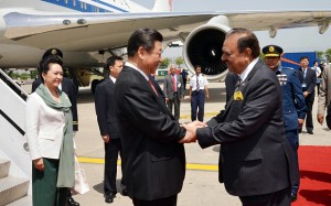 Chinese President Xi Jinping shakes hands with Pakistani counterpart Mamnoon Hussain, left, in Rawalpindi, April 2015