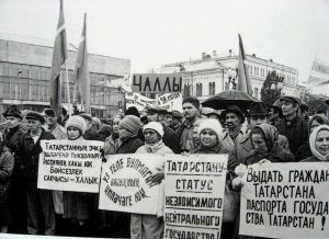 A pro-sovereignty meeting in Tatarstan, 1990.