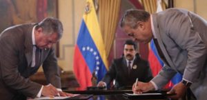 Russian Rosneft oil company CEO Igor Sechin signs a deal with Venezuela Oil Minister Eulogio del Pino in the presence of President Maduro, July 2016