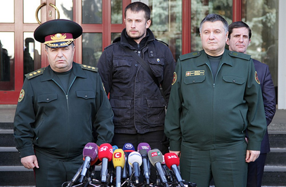 Andriy Biletsky (C) and Arsen Avakov (R in front) announcing incorporation of Azov battalion into the National Guard of Ukraine, Oct 2014