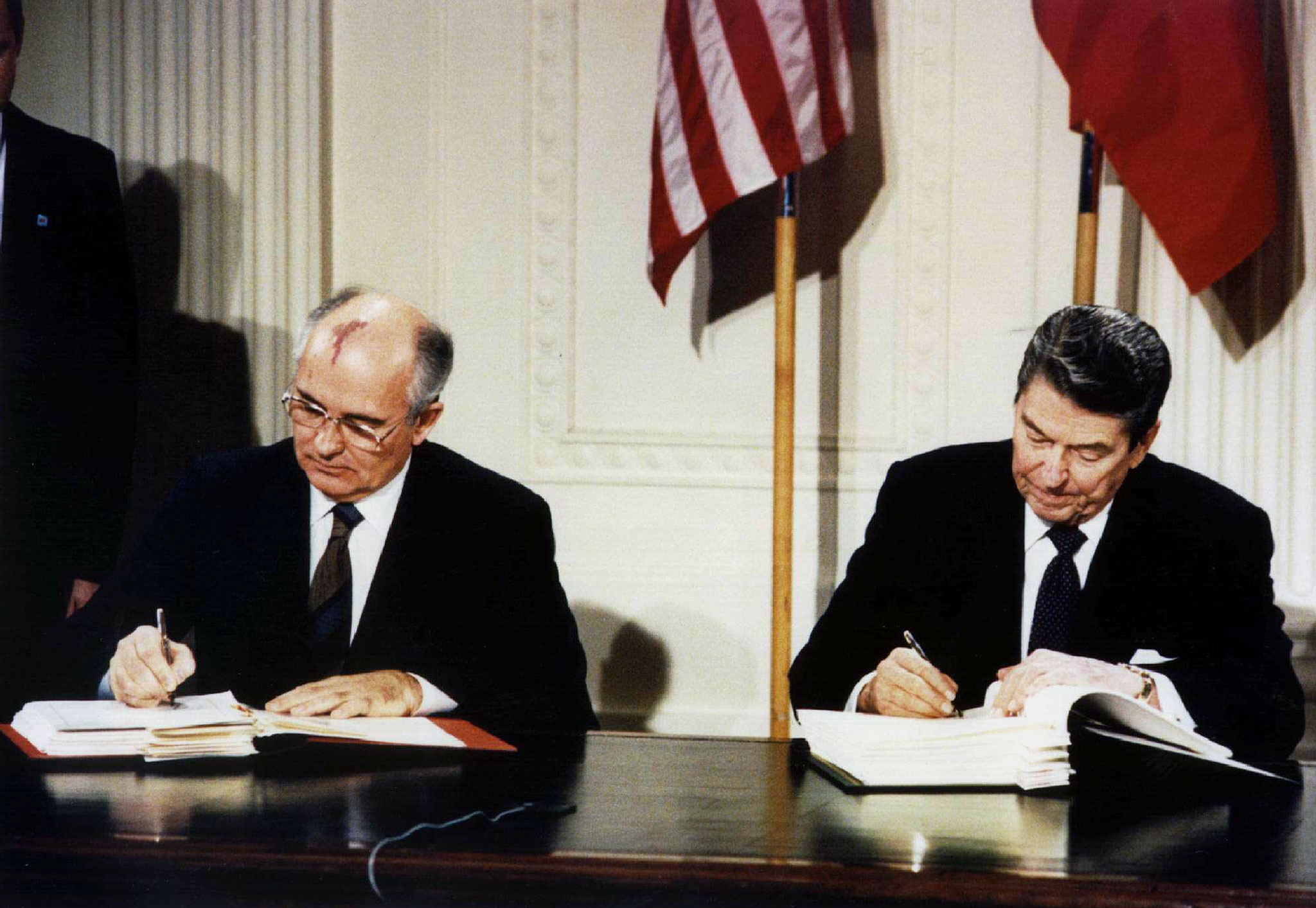 Gorbachev and Reagan sign the INF Treaty