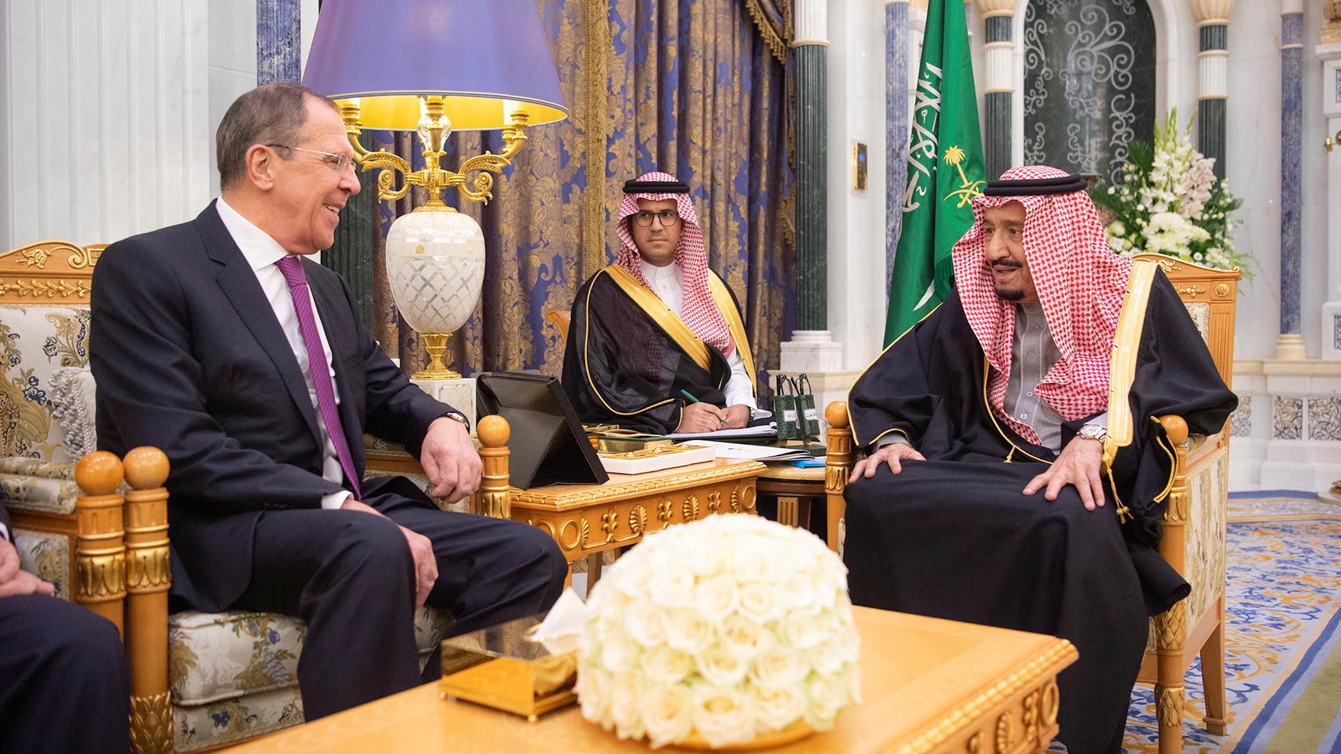 Le roi d'Arabie saoudite, Salman bin Abdulaziz, rencontre le ministre des Affaires étrangères, Sergei Lavrov, à Riyad