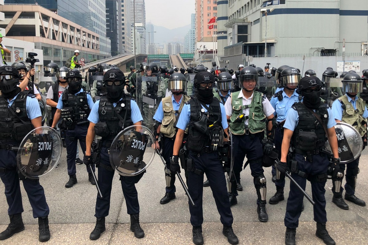 Hong Kong police against the riots