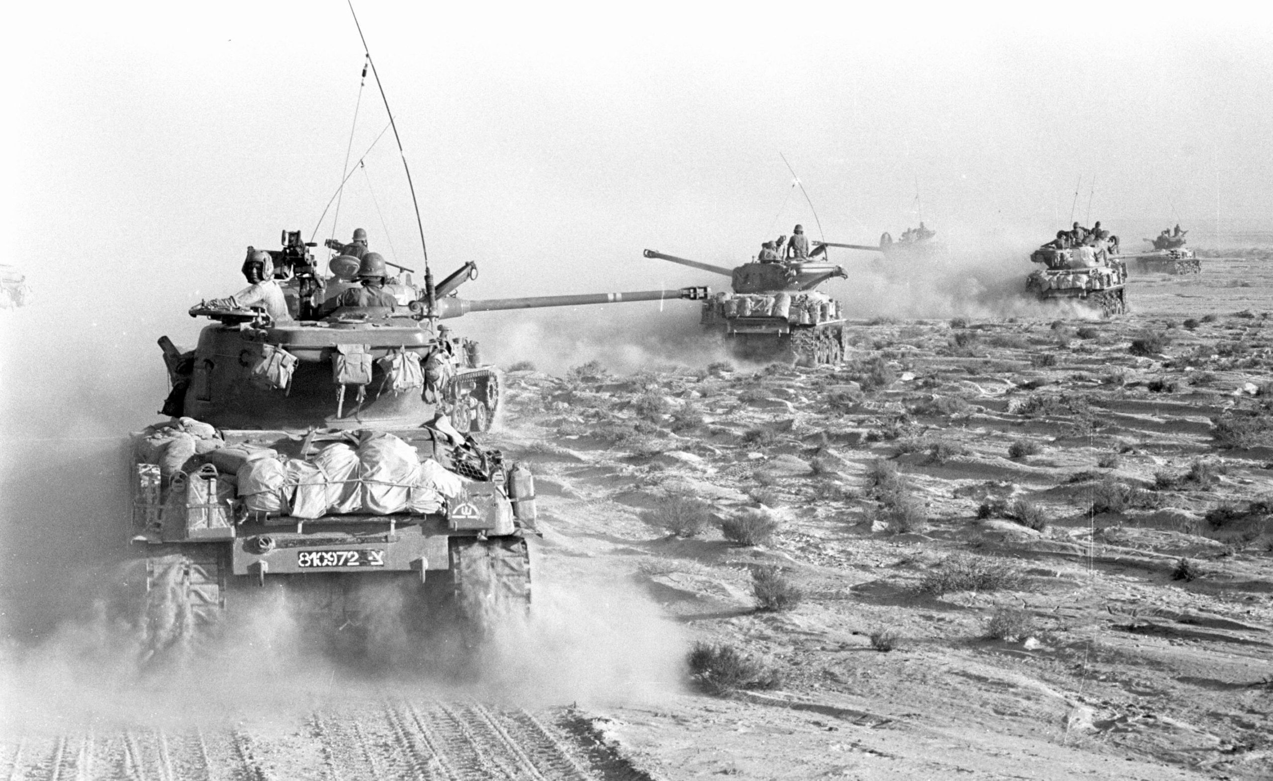 Convoy of Israeli tanks rolls through the Sinai peninsula